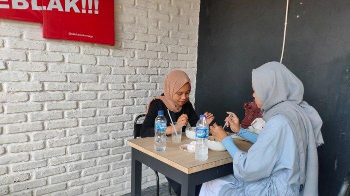 Senangnya Pemilik Warung Seblak di Majalengka, Kini Boleh Layani Pembeli Makan di Tempat