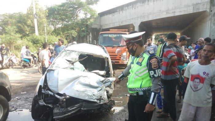 Diduga Ditabrak dari Belakang, Sebuah Minibus di Majalengka 'Loncat' dari Tol Cipali ke Jalan Arteri