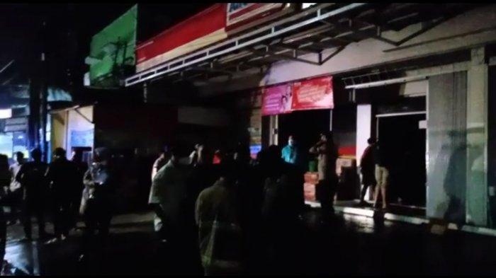 Minimarket di Jalan RA Kosasih RT1/16 Kelurahan Cisarua, Kecapatan Cikole,Kota Sukabumi terbakar, diduga karena korsleting listrik.