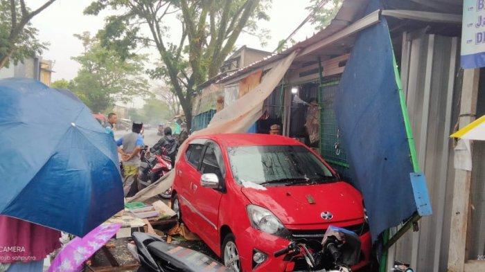 Salah Injak Rem, Mobil Seruduk Lapak Sayur di Cianjur, Ibu Hamil dan Pedagang Terpental
