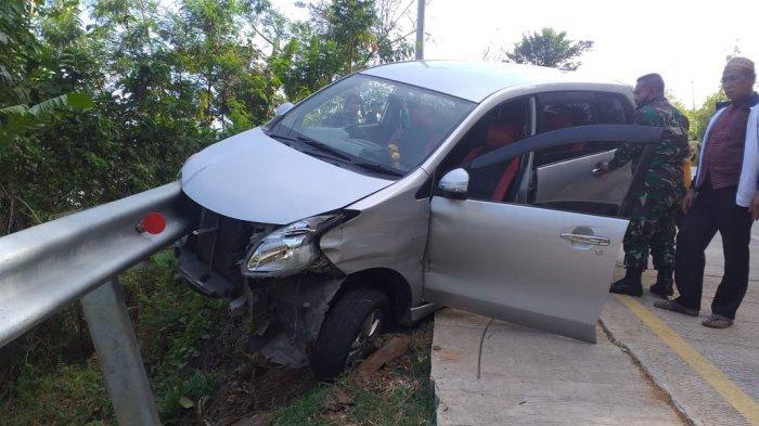 Mobil Avanza Rusak Usai Seruduk Pembatas Jalan di Puncak Darma Sukabumi