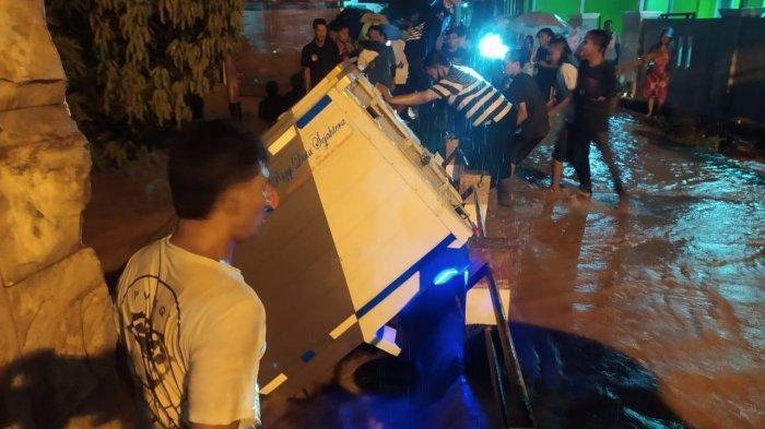 Detik-detik Mobil Boks Hanyut di Sungai Cipugur Cirebon, Kernet Langsung Hilang Terbawa Arus