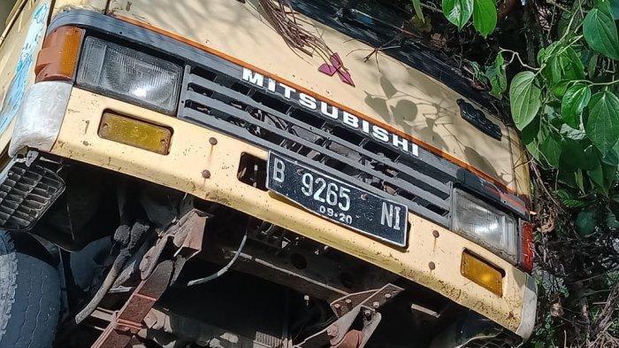 Mobil boks yang terperosok di Pangandaran