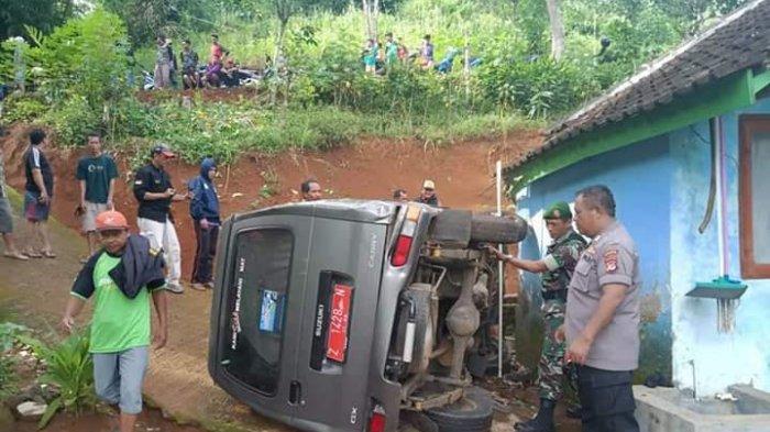 Tergelincir, Mobil Dinas Desa Wangunsari Tasikmalaya Timpa Plafon Rumah Warga