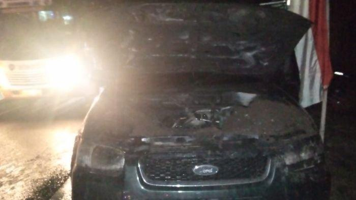 Sopir dan Penumpang Kaget dari Arah Kap Mesin Muncul Api yang Langsung Membakar Mobil Jip Ini