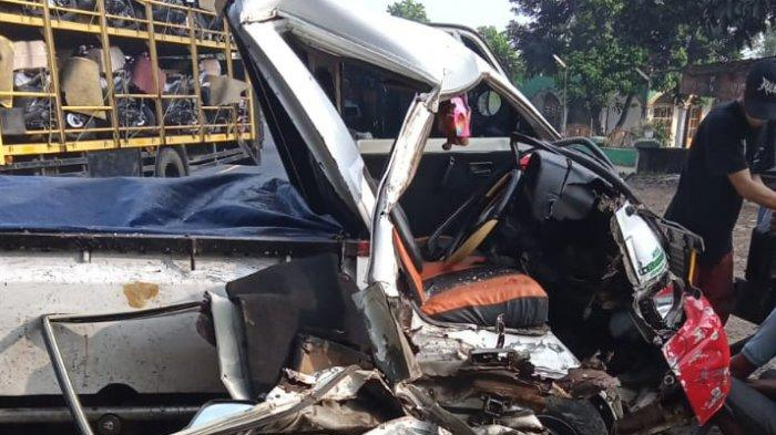 Hilang Kendali, Mobil Pikap Tabrak Mobil Barang di Malangbong Garut, Sopir Luka Berat