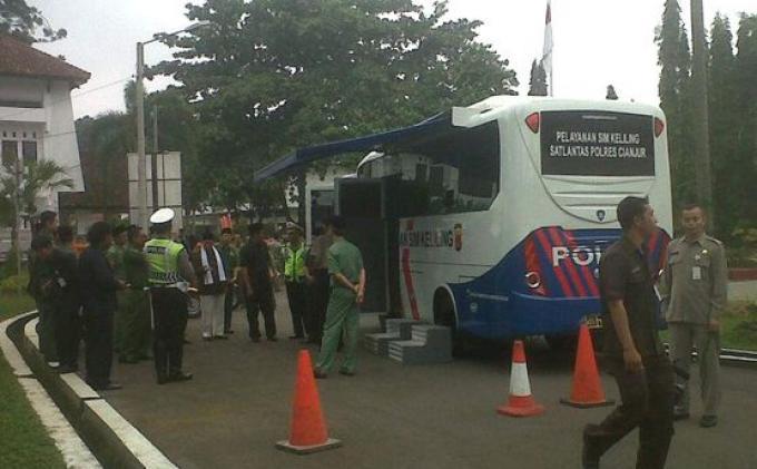 Polres Cianjur mendapatkan bantuan dari pemerintah Kabupaten Cianjur sebuah mobil untuk pembuatan SIM Keliling, Senin (30/12/2013).