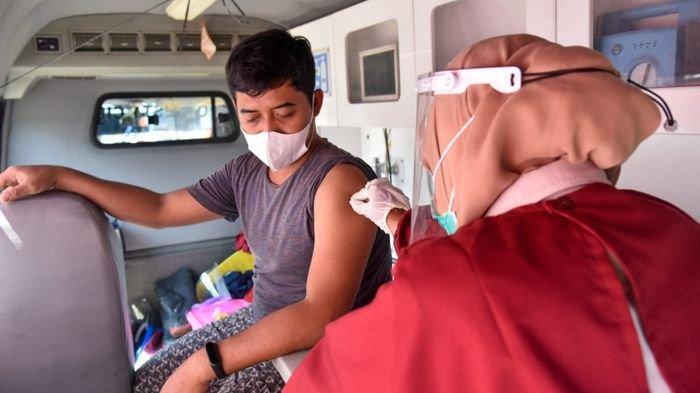 Disuntik di Dalam Mobil, Polresta Cirebon Datangi Pedagang Pasar Menggunakan Mobil Vaksin Presisi