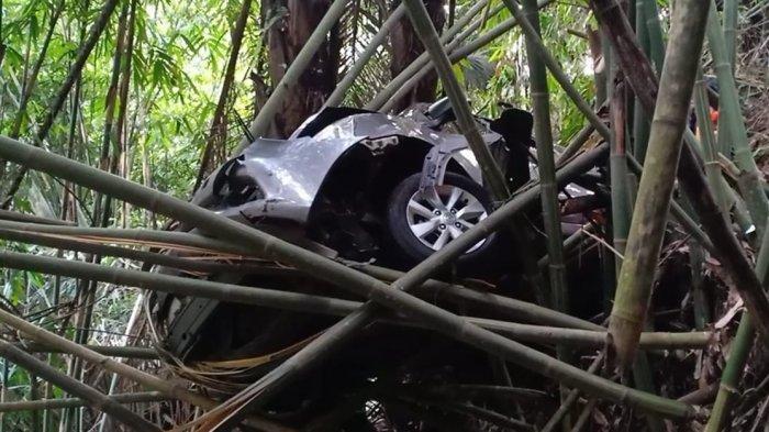 BARU Saja Terjadi, Mobil Wisatawan Masuk Jurang di Maribaya Lembang, Menyangkut di Pohon Bambu