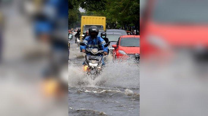 Sejumlah kendaraan berusaha menerobos banjir di Jalan Mohamad Toha, Bandung, Rabu (23/12/2020). Hujan deras yang mengguyur sebagian Kota Bandung, membuat ruas jalan tergenang banjir luapan dari saluran drainase.