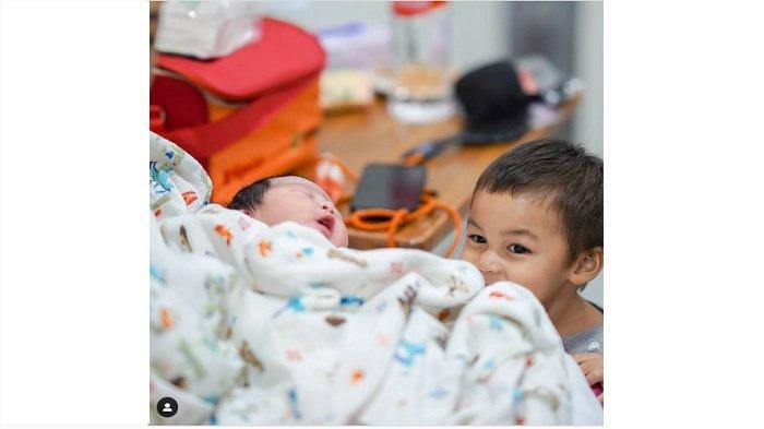 Momen Gemas Pertama Kali Kiano Bertemu Kenzo, Baim Wong Sudah Ajari Kasih Sayang Adik-Kakak