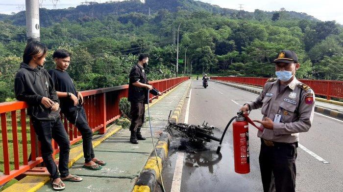 Sepeda Motor Terbakar di Jembatan Orange Perbatasan Maniis dan Plered Purwakarta, Ini Penyebabnya
