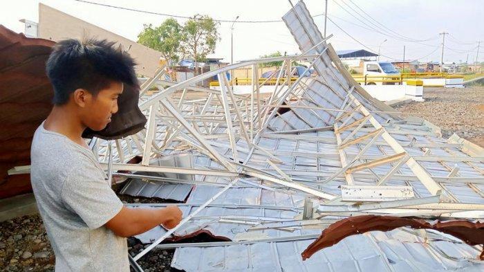 Detik-detik Atap Kios di Pasar Jatibarang Indramayu Tersapu Angin Puting Beliung