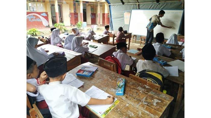 Murid Kelas I dan IV SD Cigorowong 3 Kabupaten Tasikmalaya Terpaksa Belajar di Tenda