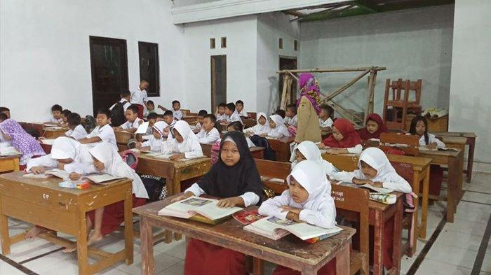 Hari Kedua Ratusan Murid SDN 1 Malangnengah Purwakarta Belajar di Kantor Desa, Ini Kata Wakepsek