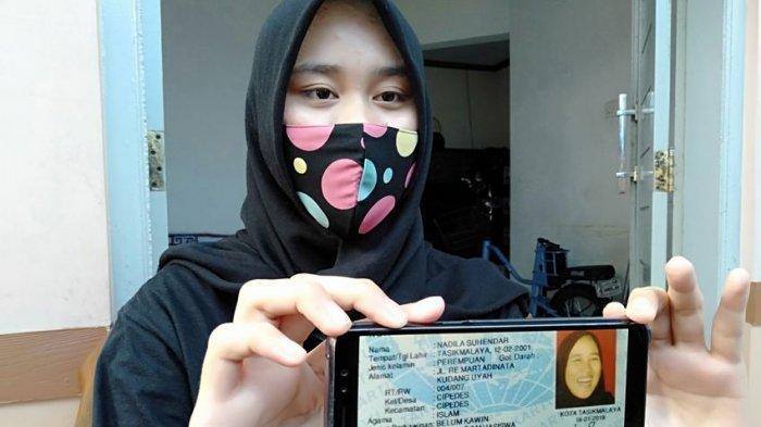 Nadila Suhendar memperlihatkan foto KTP lamanya sedang tertawa lepas
