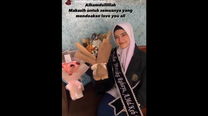 Nadya Mustika dapat gelar jadi bidan.