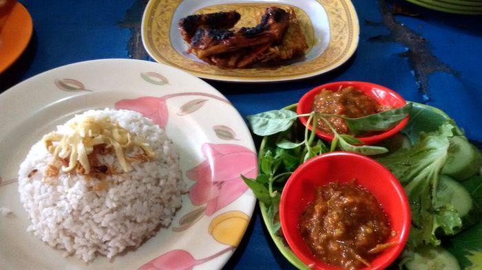 Nasi Uduk di Kedai Nasi Uduk 88 Brebes Berhias, Kota Bandung.