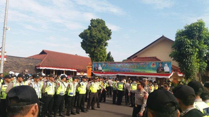 Dua Polisi Jaga Satu TPS Saat Pilkades Serentak di Kabupaten Bandung Barat 9 Juli 2017