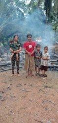 Keluarga Udin, petani muda di Cimerak, Pangandaran yang kini mengungsi karena rumah mereka terbakar