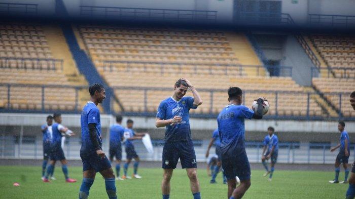Nick Kuipers (tengah) sudah hadir dalam latihan Persib Bandung di Stadion Gelora Bandung Lautan Api, Sabtu (6/3/2021).