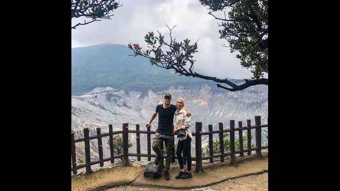 Pemain Persib Bandung, Nick Kuipers Mengisi Waktu Liburan dengan Kekasihnya di Tangkuban Parahu