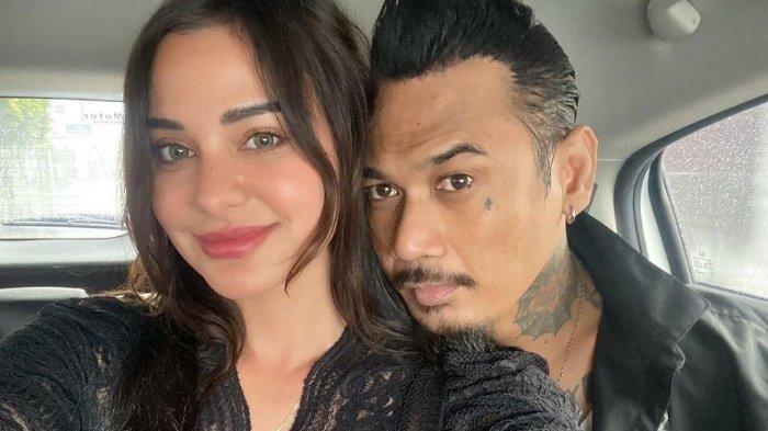 Penantian Nora Alexandra Terbayarkan, Jerinx SID Kini Bebas, Langsung Pose Mesra: Welcome Home Papa