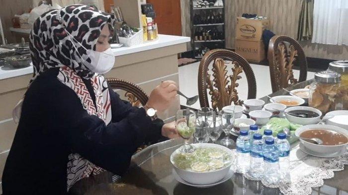 Ny Yoyoh Sopiah Ruhimat istri Bupati Subang Ruhimat sedang menyiapkan menu berbuka puasa