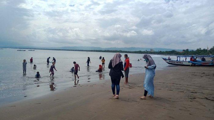 Wisatawan Padati Pantai Pangandaran di Libur Paskah, Takut Dikira Pemudik Jika Liburan saat Lebaran