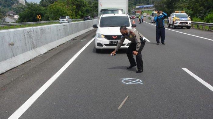 Anggota Satlantas Polres Semarang melakukam olah TKP di jalan Tol Semarang-Solo KM 428. Dalam kecelakaan ini, artis Chacha Sherly tewas.