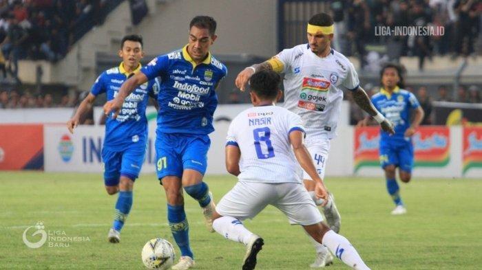 Omid Nazari Berduel Dengan Pemain Arema FC