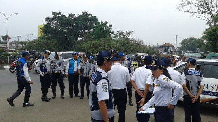 Empat Mobil yang Digunakan untuk Taksi Online Terjaring Razia di Bundaran Cibiru Bandung
