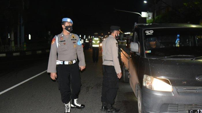 Petugas Gabungan Putar Balikkan Puluhan Kendaraan yang Memasuki Cirebon saat Malam Tahun Baru 2021