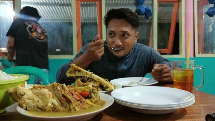 Opih Riharjo menikmati pindang gombyang khas Kabupaten Indramayu, Senin (10/5/2021).