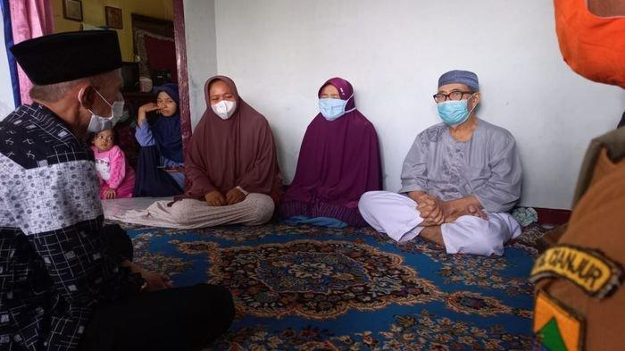 Orangtua bidan Imas, Siti Masitoh (kerudung merah) dan Mulyana (peci putih) menceritakan detik-detik, setelah anak mereka ditusuk di Cianjur, Selasa (25/5/2021).