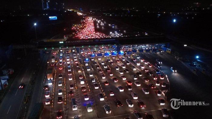 Antrean sampai 300 Meter di Gerbang Tol Cikarang Utama arah Jawa Tengah, Didominasi Mobil Pribadi