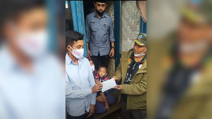 Pa Uu Sampaikan Bantuan ke Keluarga yang Menghuni Rumah Panggung & Tak Punya Akses Jalan di Cianjur