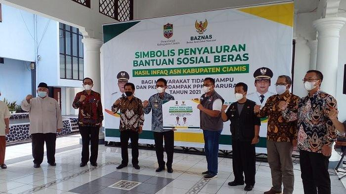 Baznas dan Pemkab CiamisSerahkan 10.000 PaketBeras Untuk PKL dan Warga Terdampak PPKM Darurat