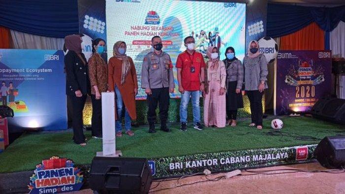 Pimpinan Cabang BRI Cabang Majalaya, Dudung Hardiman bersama nasabah BRI di acara Panen Hadiah Simpedes, Rabu (7/7/2021).
