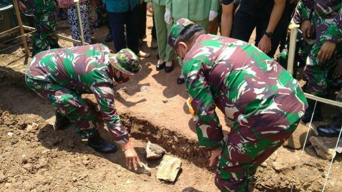 Pangdam III Siliwangi, Mayjen TNI Nugroho Budi Wiryanto saat melakukan peletakan batu pertama untuk pembangunan rumah warga yang tidak layak huni di Desa Drunten Wetan, Kecamatan Gabuswetan, Kabupaten Indramayu, Senin (21/9/2020)
