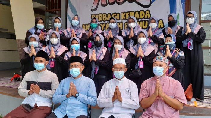Panitia Kiss berfoto bersama di pelataran Masjid At Taubah, Kompleks Matahari Regensi, Baleendah, Kabupaten Bandung, Sabtu (28/8/2021).