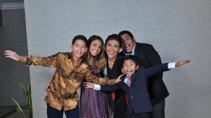 Foto keluarga Susi Pudjiastuti yang diposting di halaman Facebook Panji Hilmansyah (paling kanan).