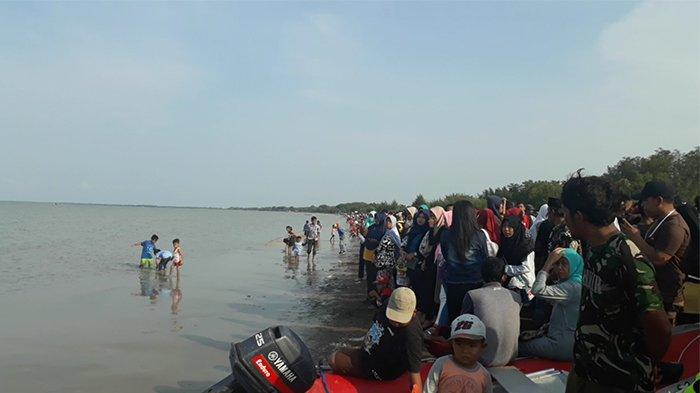 Pascajatuhnya Lion Air JT 610, Pantai Tanjung Pakis Ramai Seperti Saat Lebaran dan Tahun Baru