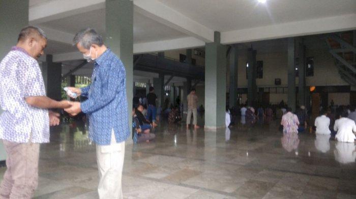 Salat Jumat di Masjid Istiqomah, Jemaah Datang Pakai Masker, Petugas SigapSemprot Hand Sanitizer