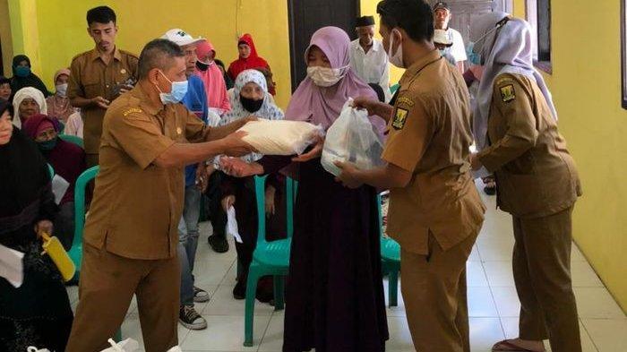 Para Jompo di Desa Jayanti Sukabumi Terima Bantuan Sembako