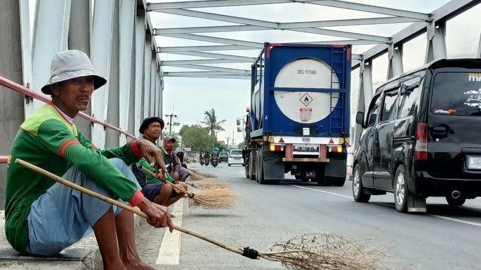 Gerombolan Penyapu Koin di Jembatan Sewo Tak Hanya Orang Dewasa, Ada Pula Anak yang Diajak Orang Tua