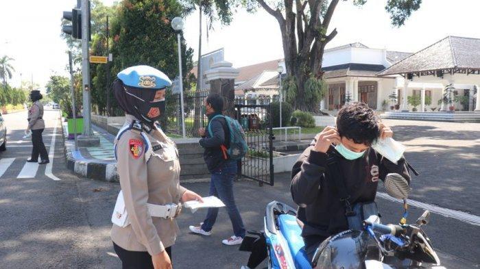 Peringati Hari Kartini, Polwan Polres Ciamis Bagi-bagikan Masker dan Madu untuk Pengguna Jalan