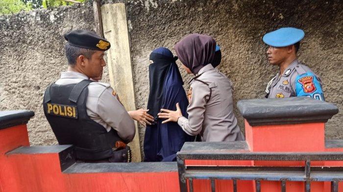 Wanita yang Digeledah Polisi di Cibodas Ciranjang Akhirnya Dilepas, Nangis Pemberitaannya Teroris