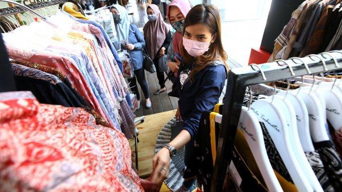 Pengunjung melihat pakaian di salah satu stan pada gelaran Pasar Kreatif Bandung 2020 di Paris Van Java, Jalan Sukajadi, Kota Bandung, Selasa (8/9/2020). Pameran yang diikuti 12 stan yang memamerkan produk UKM Kota Bandung terdiri atas produk fesyen, hijab, home decor, aksesori fesyen, dan produk kriya itu, akan berlangsung hingga 13 September 2020. Pameran tersebut dalam rangka pemulihan ekonomi di Kota Bandung sekaligus rangkaian Hari Jadi ke-210 Kota Bandung.