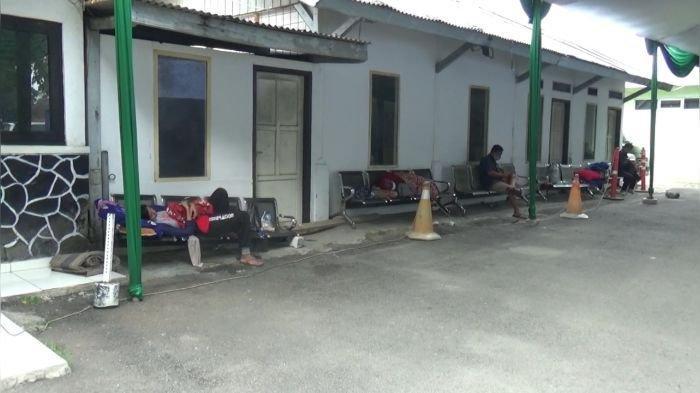 Pasien Covid-19 yang baru masuk terpaksa dirawat di kursi di luar IGD RSUD Bayu Asih.